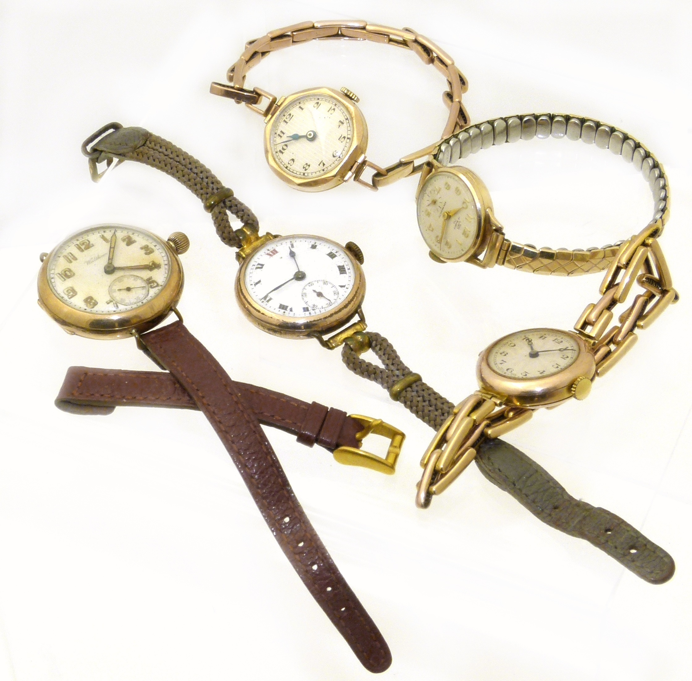 Three 9ct gold cased watches and two plated watches, to include a 9ct gold cased Uno wristwatch, two further 9ct gold cased wristwatches, a gold plated Waltham wristwatch and one other