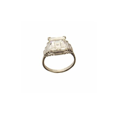 Lot 195-An impressive 18ct gold diamond single stone ring