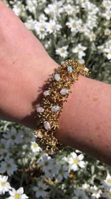 Lot 9 - An opal bracelet