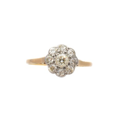 Lot 212 - A diamond cluster ring