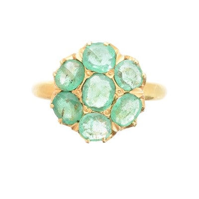 Lot 92 - An emerald cluster ring