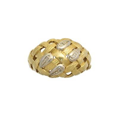 Lot 175 - A diamond bombe ring