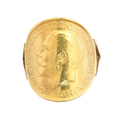 Lot 170 - A George V sovereign ring