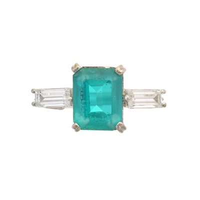 Lot 128 - A soudé emerald and paste dress ring
