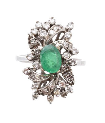 Lot 194 - An emerald and diamond cluster ring