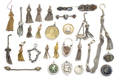 Lot 59 - A selection of silver and white metal jewellery