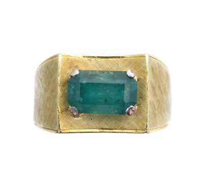 Lot 97 - An emerald single stone ring