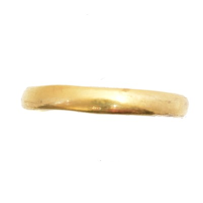 Lot 39 - A 22ct gold band ring