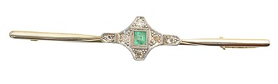 Lot 34 - An emerald and diamond bar brooch