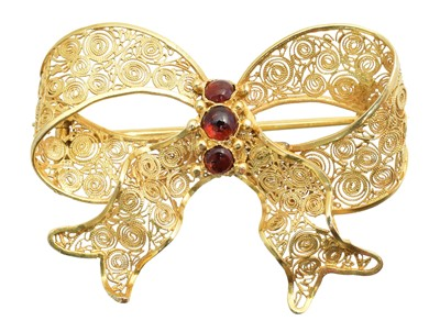 Lot 23 - A garnet bow brooch