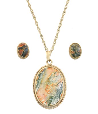 Lot 25 - A 9ct gold moss agate pendant