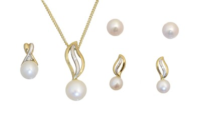 Lot 120 - A selection of 9ct gold cultured pearl jewellery