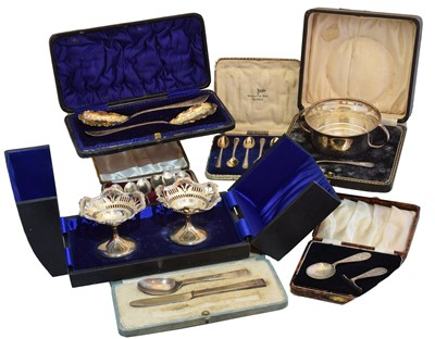 Lot 88 - A selection of cased silver items