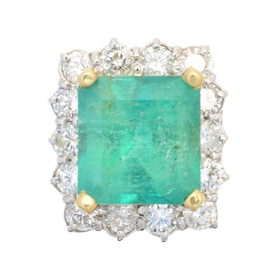 Lot 124 - An emerald and diamond cluster ring