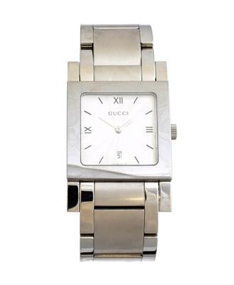 Lot A Gucci quartz wristwatch