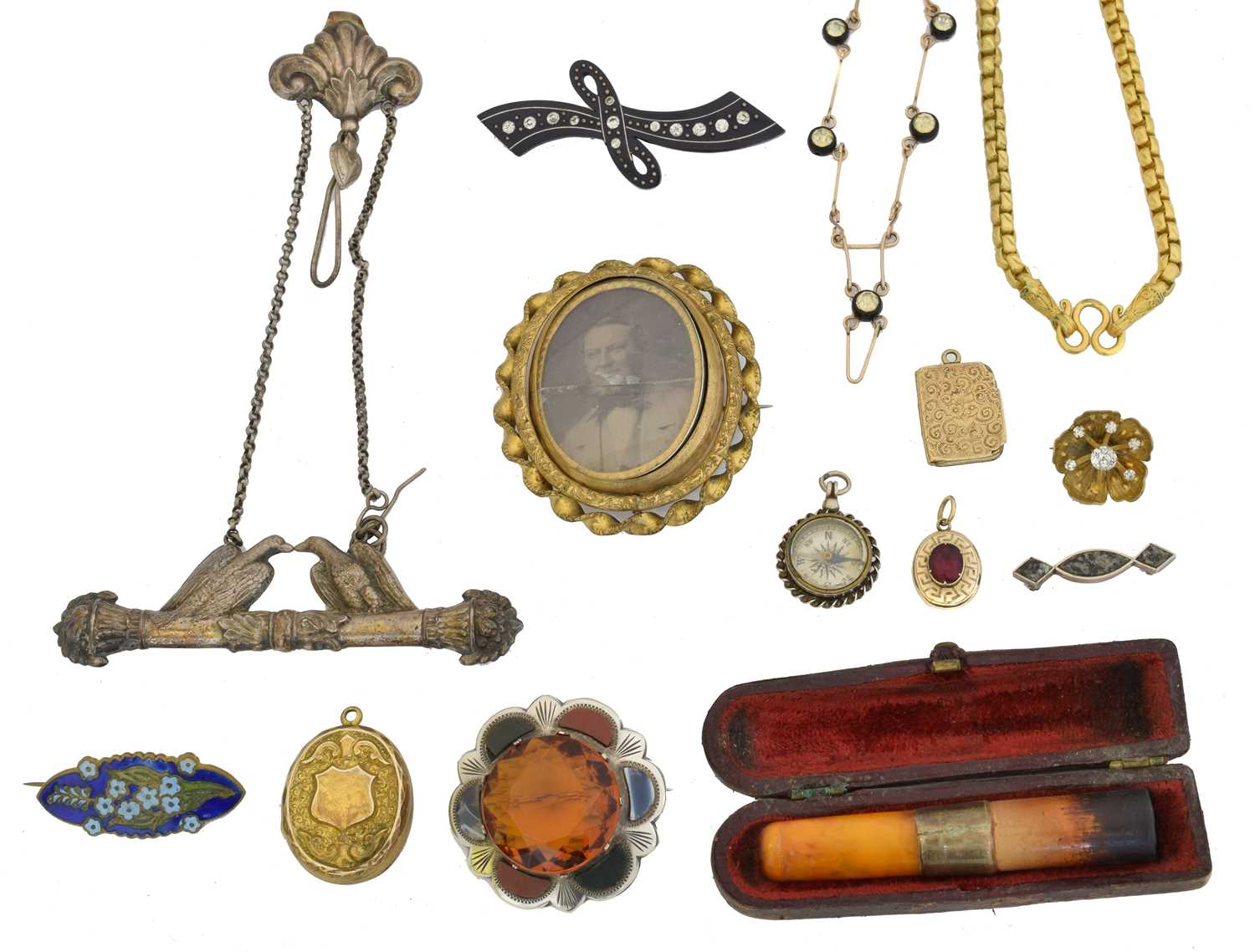 Lot 35 - A selection of jewellery