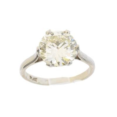 Lot 73 - A diamond single stone ring