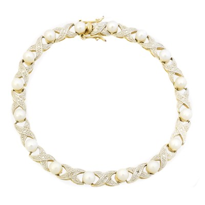 Lot 32 - A cultured pearl and diamond bracelet