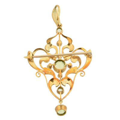 Lot 42 - An early 20th century 15ct gold peridot and seed pearl pendant