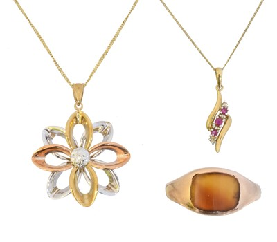 Lot 9 - A selection of 9ct gold jewellery