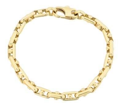 Lot 29 - An 18ct gold fancy link bracelet