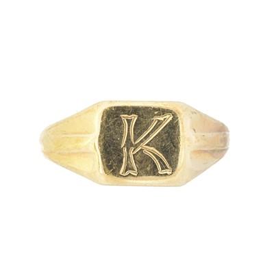 Lot 47 - A 9ct gold signet ring