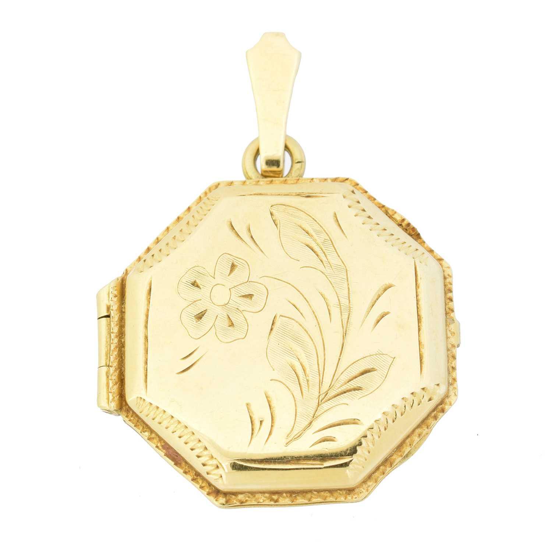 Lot 29 - An 18ct gold hinged locket