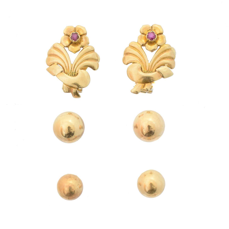 Lot 22 - A selection of earrings
