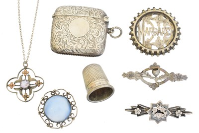 Lot 79 - A selection of silver and white metal jewellery