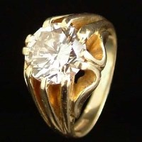Lot 411-Solitaire diamond ring